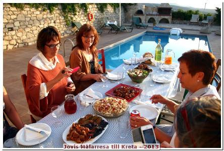 Bordet är serverat med Kretenska läckerheter vid poolen och med en härlig panoramautsikt!